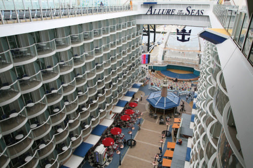 Promenade Allure of the Seas Kreuzfahrtschiff in der Oasis-klasse